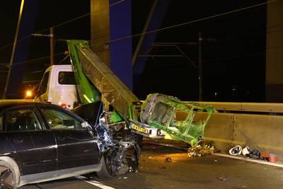 Auto botst op hoogwerker Europoort: vier gewonden