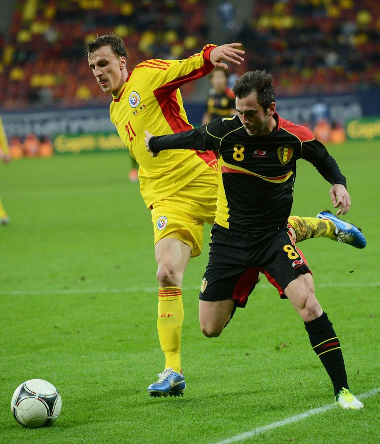 Chiriches (links) in duel met Steven Defour
