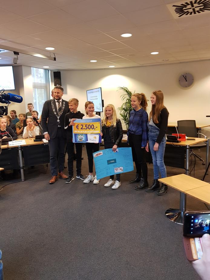 Het winnende team van de Esmoreit uit Luttenberg toont trots de cheque ter waarde van 2500 euro.