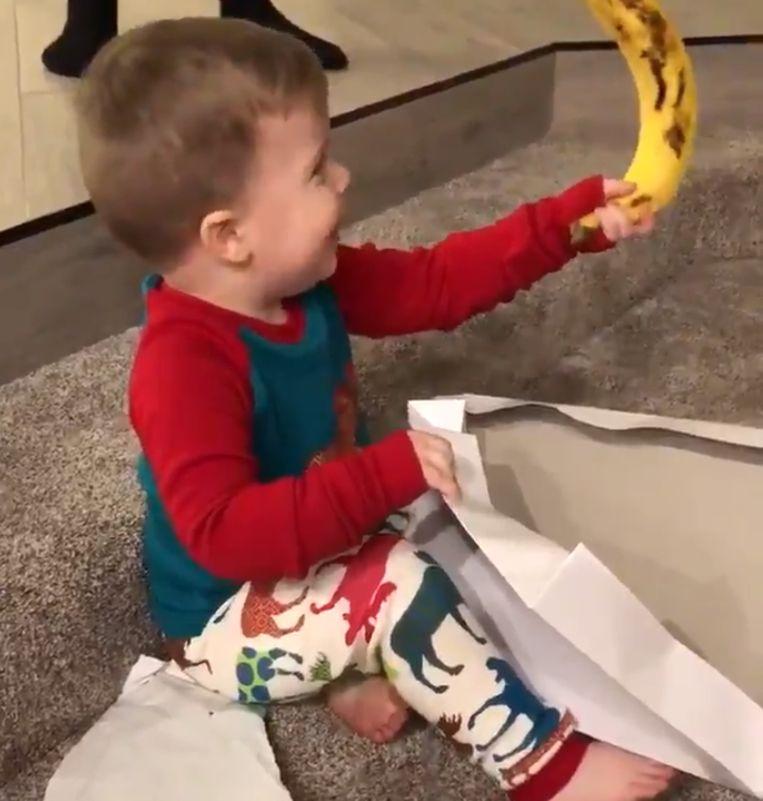 Mason (2,5) is verrukt wanneer hij ziet wat hij van zijn grote neef gekregen heeft.