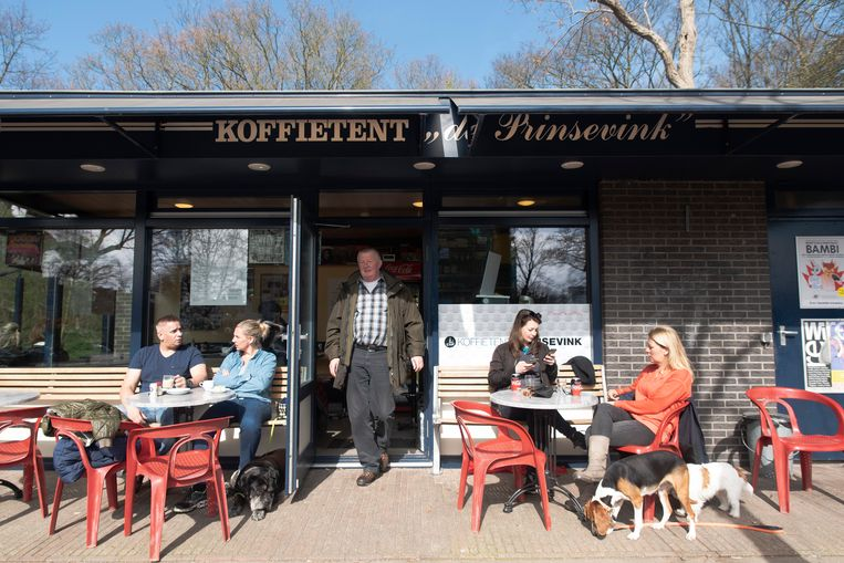 Na deze foto is De Prinsevink overgenomen en omgedoopt tot Koffietent John & June's. Beeld null