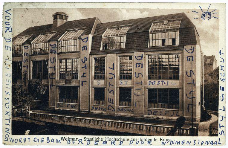 Ansichtkaart van het Bauhaus in Weimar, door Theo van Doesburg voorzien van de tekst. Beeld Boijmans