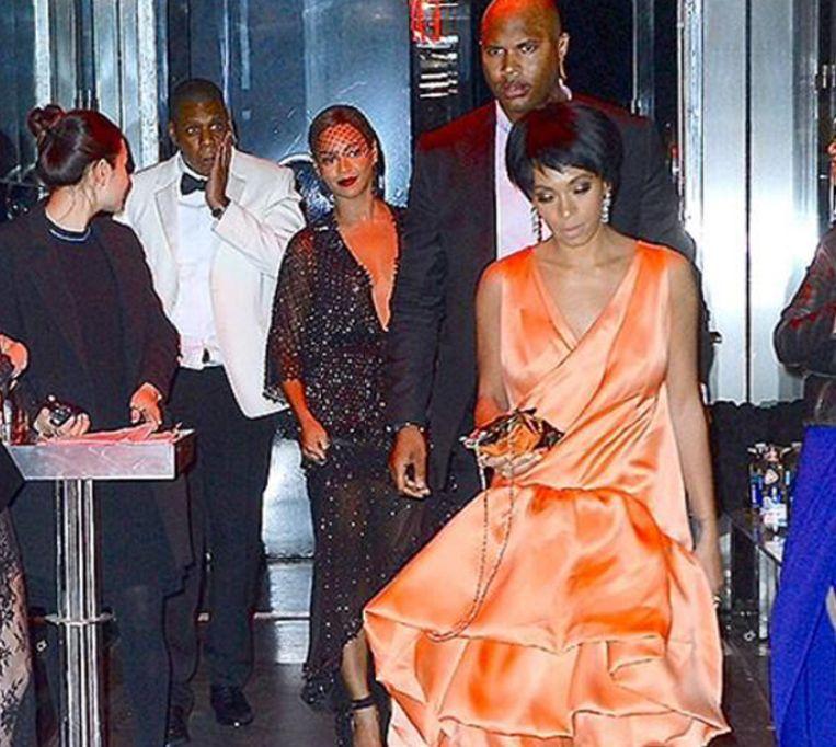 Beyoncé, Jay-Z en Solange bij het verlaten van de lift waar het goed fout liep.