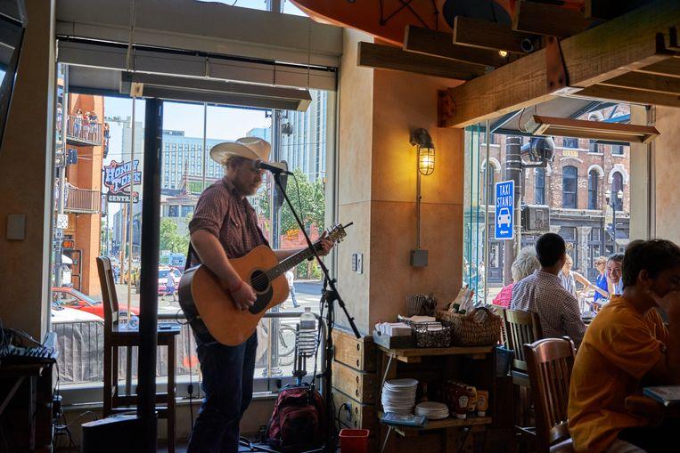 Een gitarist bij Margaritaville op Broadway in Nashville, Tennessee Beeld Theo Stielstra