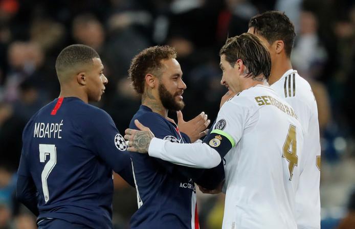 De sterren van PSG (Kylian Mbappé en Neymar) en Real Madrid (Sergio Ramos en achter hem Raphaël Varane) staan 'gewoon' in de achtste finale.