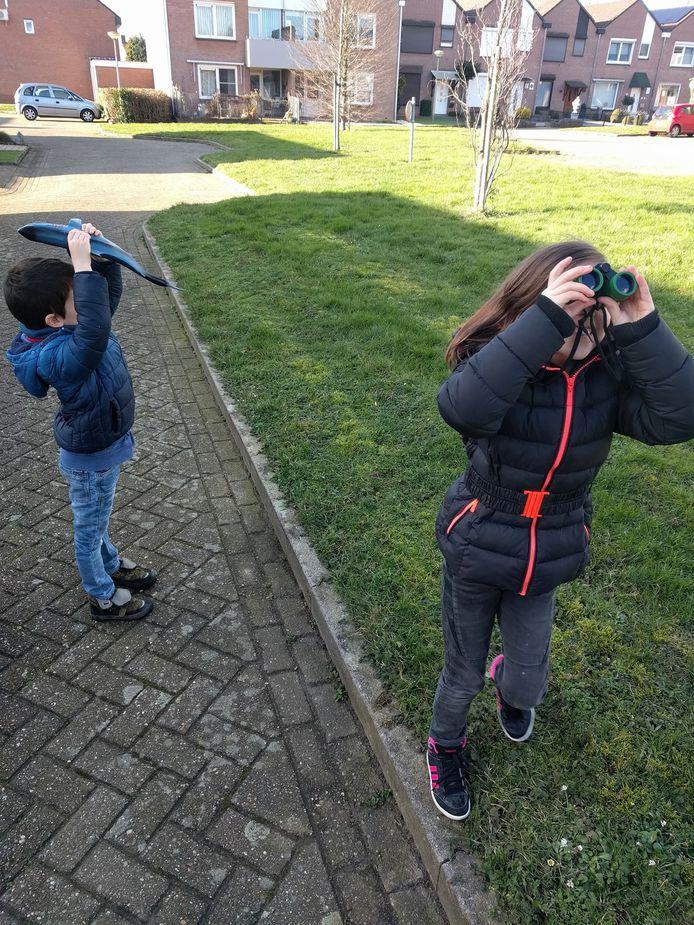 Deze twee kinderen proberen Lady Maya te lokken en te spotten.