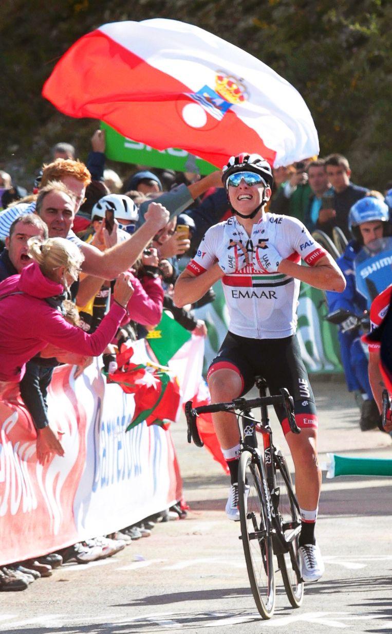 Tadej Pogacar komt als eerste boven na de supersteile klim naar Los Machucos in de dertiende etappe.  Beeld EPA