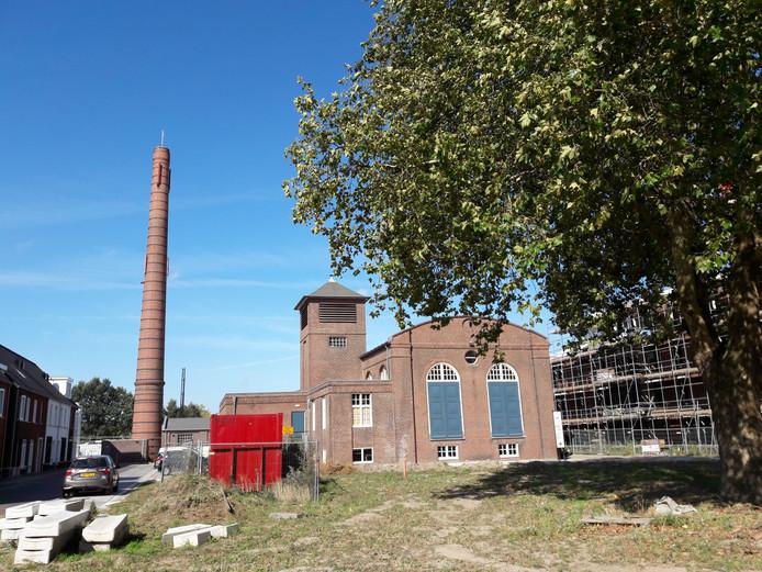 Het open terrein tussen het machinegebouw (foto) en het hoofdgebouw van KVL, waarop vier bomen staan, is in beeld als locatie voor twee appartementencomplexen.