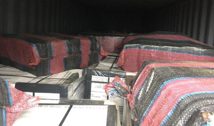 De drugs zaten verstopt in een container met blikken tonijn uit Colombia.