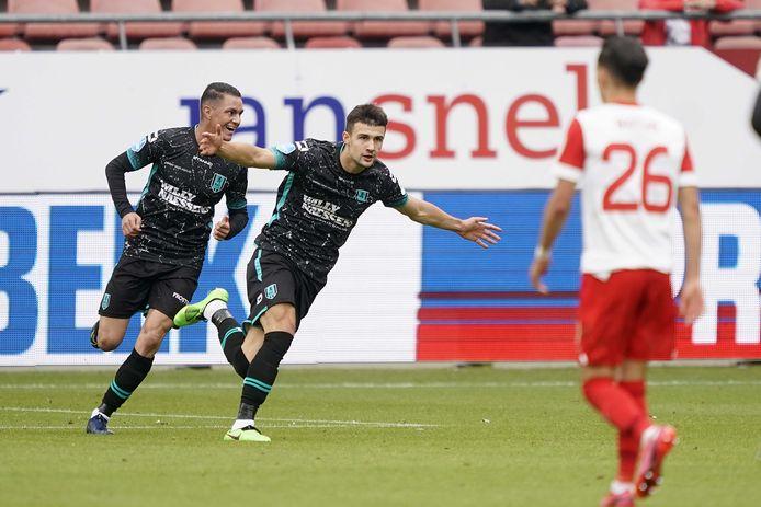 Vitalie Damascan viert zijn gelijk-maker tegen FC Utrecht. Morad El Haddouti (links) juicht mee.