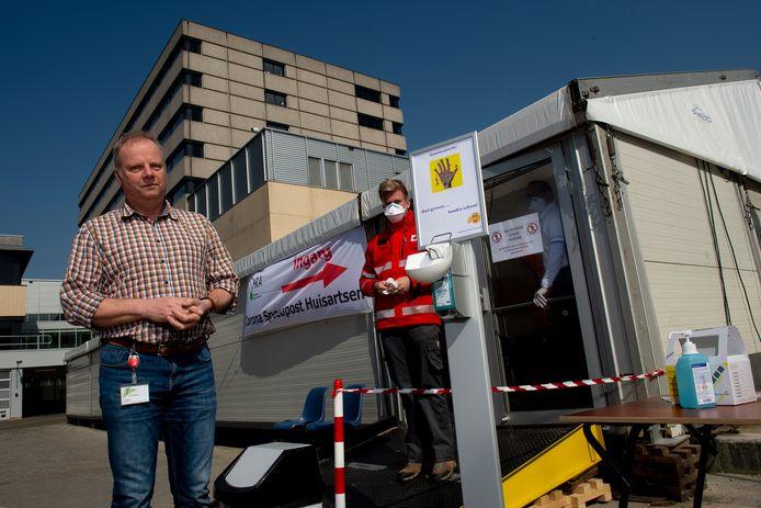 Joost Siegelaar voor de spoedpost. Medewerkers van het Rode Kruis zorgen ervoor dat patiënten veilig naar binnen kunnen.