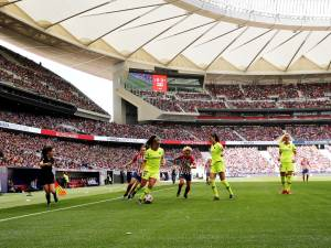 Martens wint voor 60.000 supporters met Barcelona bij Atlético Madrid