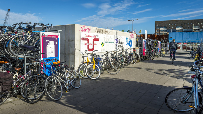 De fietsenstalling op het Stationsplein in Delft.