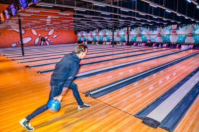 Bowlen zonder drankje in een nagenoeg lege bowlinghal van de Dolfijn aan de Ringbaan Oost in Tilburg. Corona maatregeleen maken bowlen zonder drankje heel ongezellig.