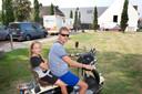 Rob Natrop met dochter Jennifer bij het gemeentehuis in Bemmel. ,,Stel je voor dat hij het overdag had gedaan, dan was het helemaal niet meer te overzien geweest.''