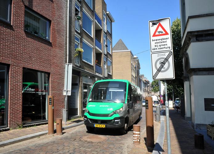De poller op de Wijnstraat. Als de chauffeur niet controleert of deze echt omlaag is, kan hij op het gevaarte botsen.