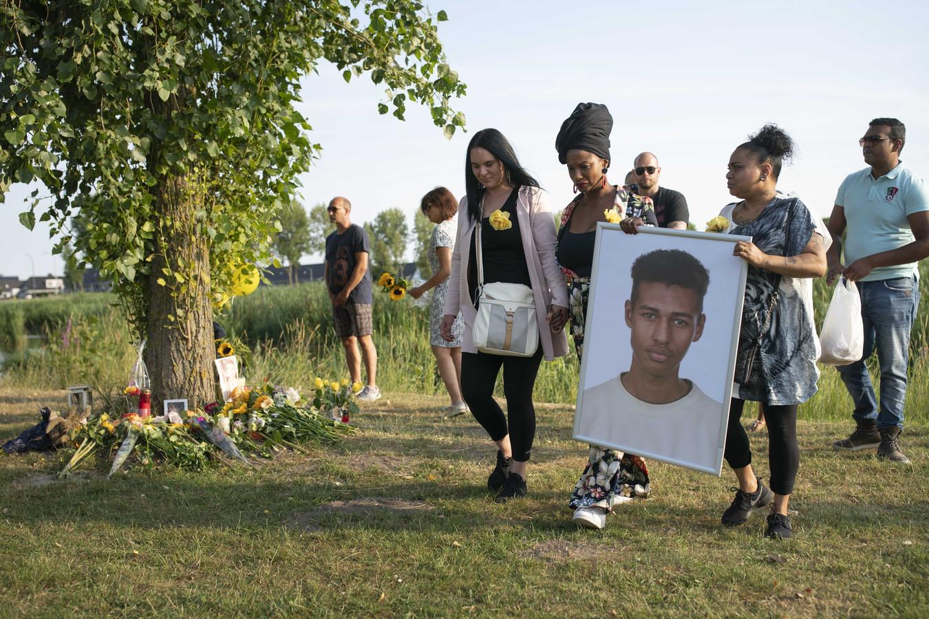 Vrienden en bekenden leggen bloemen na afloop van een stille tocht voor Orlando Boldewijn.
