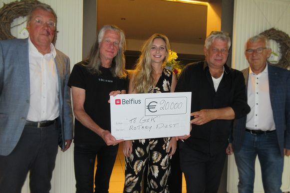 Guy Swinnen en Hanne Evenepoel nemen de cheque dankbaar in ontvangst.