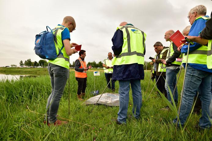 De vrijwillige dijkwachten van het hoogheemraadschap van Schieland en de Krimpenerwaard een droogte-inspectie oefenen op de kade langs de Rotte. Stefan Loosen (oranje hesje) van het hoogheemraadschap geeft de vrijwilligers in de gele hesjes instructies.