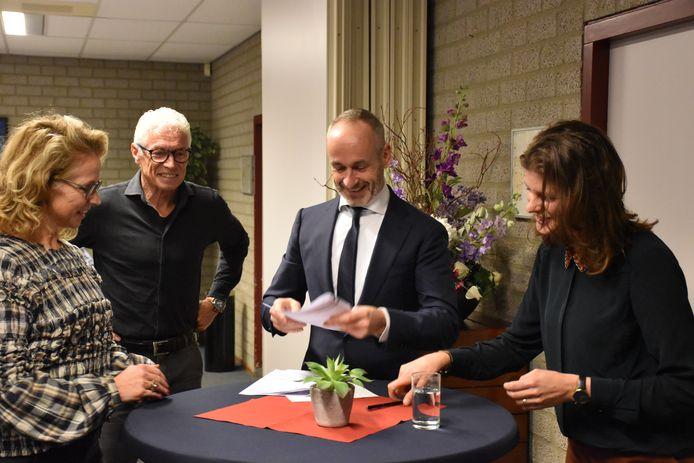Claudia Fransen, Jan de Vocht, notaris Gerrits en Jolanda van Gerwe.