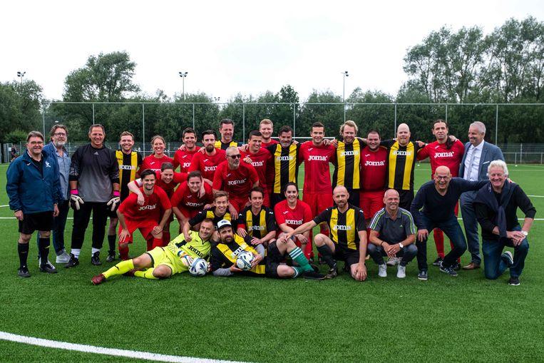De MS-Stars (rood shirt), de BV-ploeg, de leden van Move to Sport vzw en Edegems schepen voor sport, Koen Michiels (N-VA).