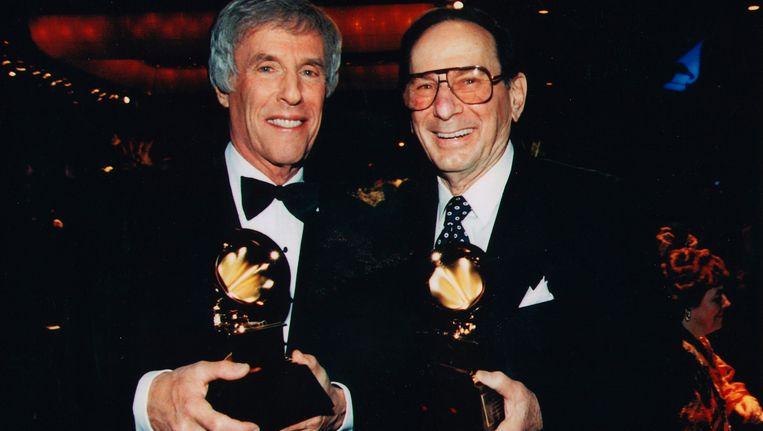 Hal David (rechts) en componist Burt Bacharach met hun Grammy in 1997 Beeld REUTERS