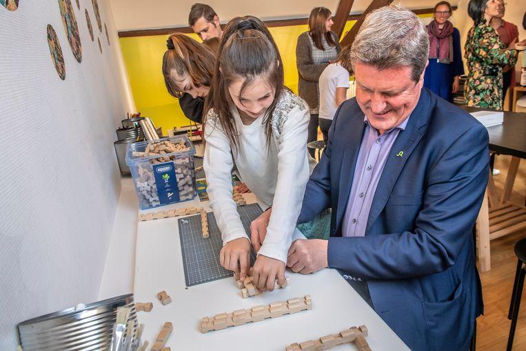 Bart Wenes, voorzitter van het Zorgbedrijf Roeselare, steekt een handje toe in de gloednieuwe STEM-antenne in 't Keerpunt.