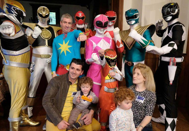 Elion, mama Saranda, papa Sumaj, broer Andi en zusje Ornela tussen de Power Rangers.