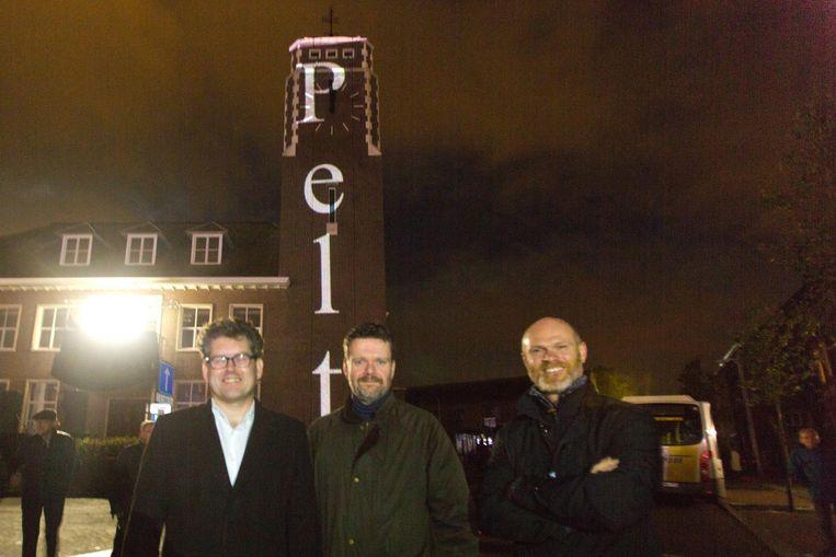 Jaak Fransen burgemeester van Overpelt (uiterst links), Frank Smeets die de fusie coördineert (midden), en burgemeester van Neerpelt Raf Drieskens.