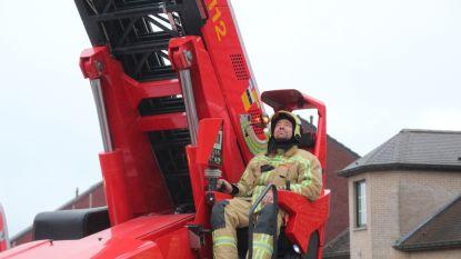 Brandweer dooft brandje, redt vogel en hangt #M omhoog op kerktoren