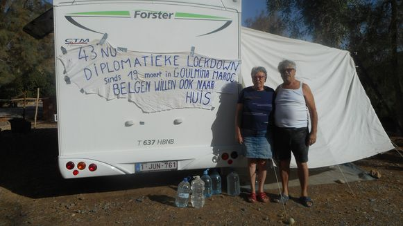Irène Cardinaels en Rik Laurent bij hun camper, in de brandende zon. Ze zitten al negen weken vast in het Marokkaanse Goulmina.