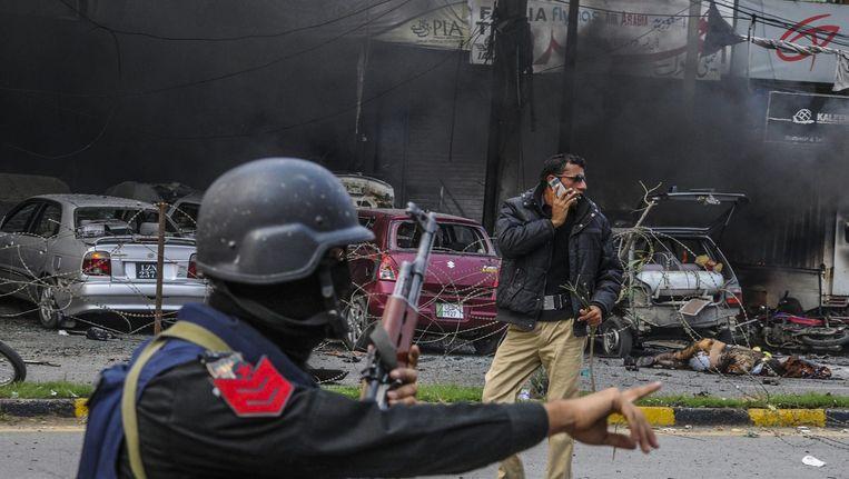 Politie op de plaats van de aanslag in Lahore. Beeld epa