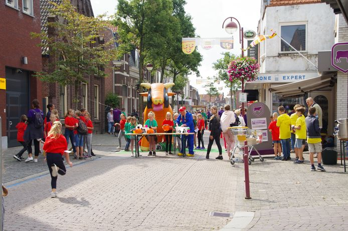 Kinderen van Jeugdpret Kaatsheuvel doen spelletjes in het centrum van het dorp.