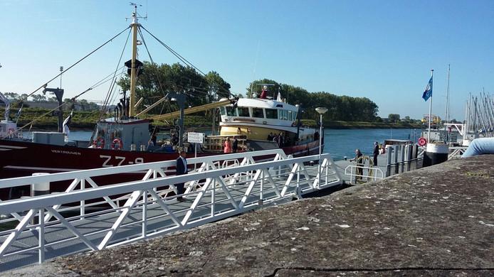 De ZZ9 met koningin Máxima aan boord is aangekomen in Zierikzee.