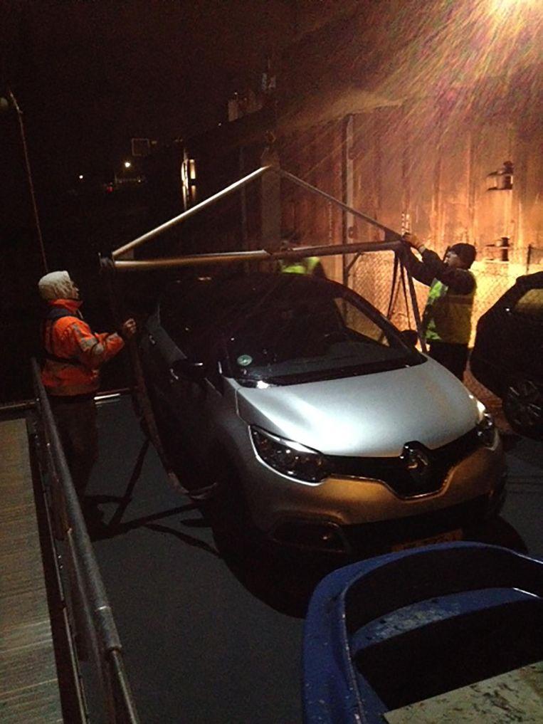 Voordat de vaart over de IJssel begint, wordt de auto van de redacteur en de fotograaf aan boord gehesen. Beeld Mac van Dinther