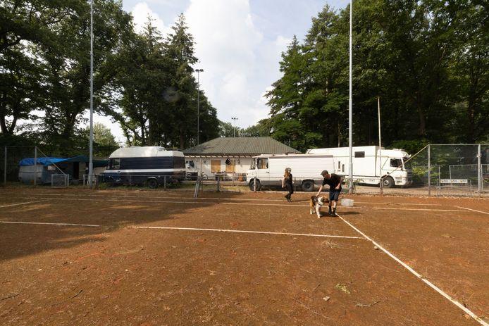 Lizzy en Bram verblijven op de nomadencamping op het voormalige tennispark van Bata in Best.