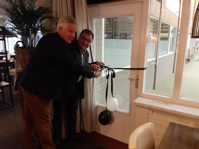 Hans Boogert (l) en Hans Neijman heropenen de tennishal in het Sportcentrum Westerschouwen