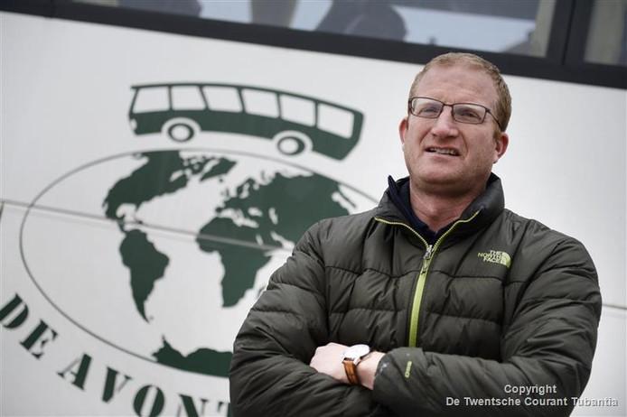 Ton Schellings voor een bus van zijn bedrijf De Avonturier, waarmee hij allerlei uitstapjes en reizen verzorgt. 'Elke dag is anders!'