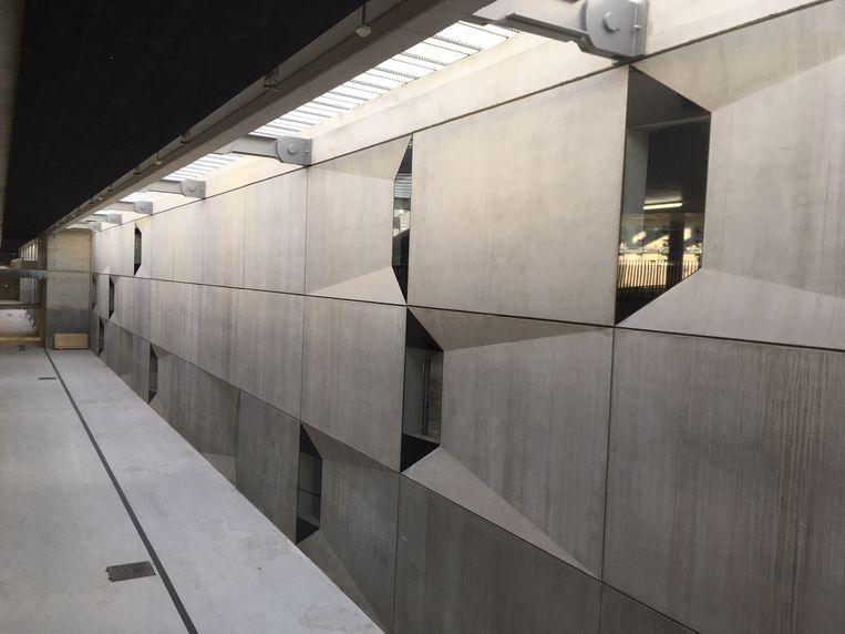 De betonwand van de stationsparking in Mechelen