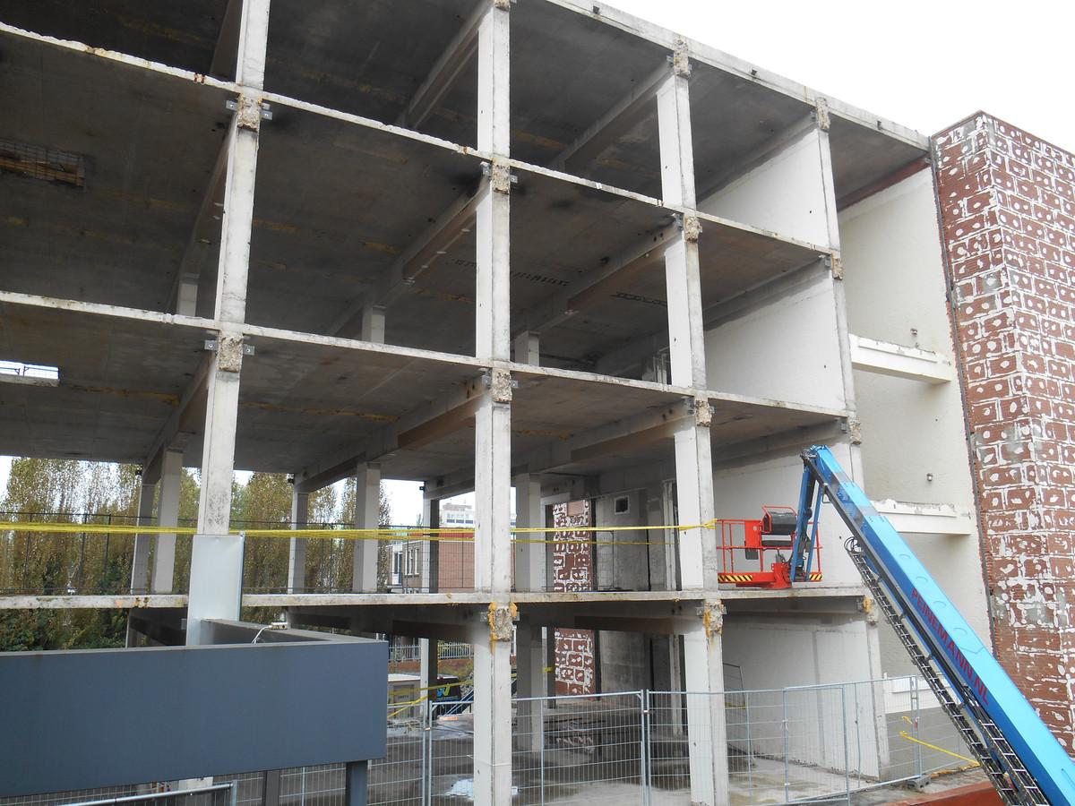 Het kantoorgebouw van het UWV aan de Van Godewijckstraat in Dordrecht is volledig gestript. Er moeten 31 appartementen in komen. Oplevering is gepland medio 2020.