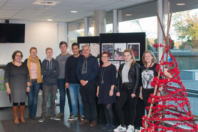 Nele Herbots, Kim Conard, Georges Wemans, An Sevenenants, Fabienne Descamps en de leerlingen van de Bovenbouw Gertrudis Landen zijn trots op hun samenwerking.