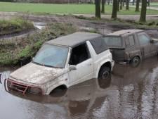 Ritje over crossbaan in Rijssen gaat niet zoals verwacht: twee terreinwagens zitten muurvast