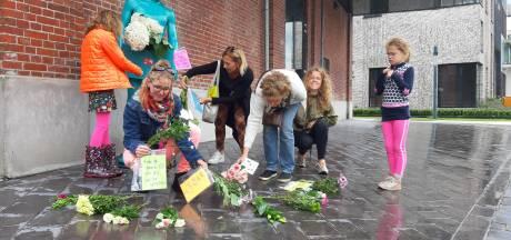 'Vrije Tukkers' leggen bloemen tegen 'coronawaanzin' en voor de vrijheid
