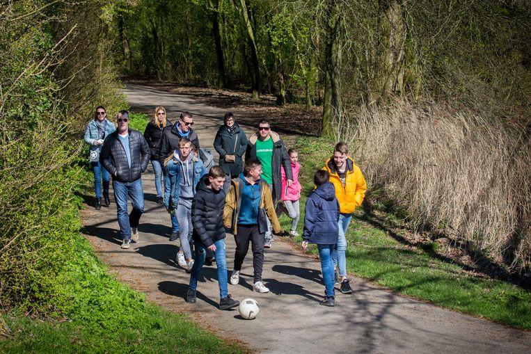 Een groep wandelaars in de Biesbosch zondag. Op zondagochtend verstuurde de Rijksoverheid een NL-Alert in waarin de boodschap werd herhaald om 1,5 meter afstand van elkaar te houden.  Beeld Arie Kievit