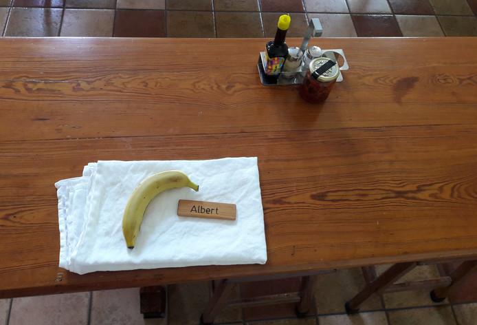 In het refectorium van de paters trappisten ligt een banaan klaar voor broeder Albert