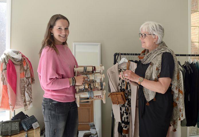 Janine Dorst (links) is in het weekend verkoopsters van o.a. kleding en sieraden in haar eigen webshop My Sweet Lifestyle rechts Dineke Melaard-Saarloos die kleding past en sieraden bekijkt bij Janine