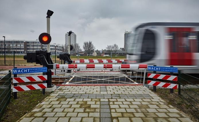 Een proefrit van de Hoekse Lijn, de metro vertrekt van station Vlaardingen Centrum.