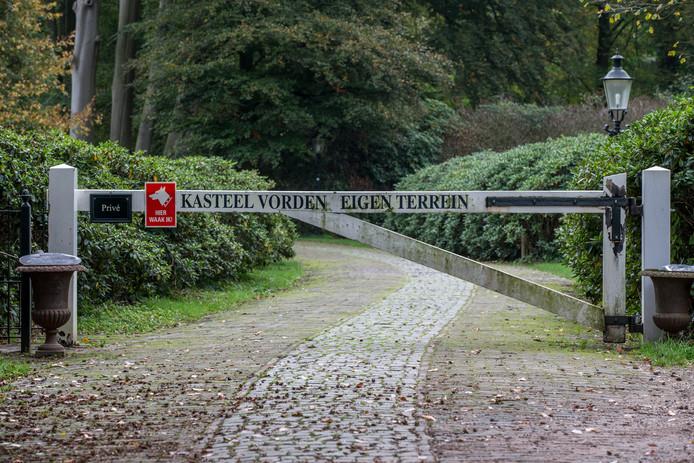 Een slagboom, hekken en borden om wandelaars van het terrein bij Kasteel Vorden te weren. Wandelaars moeten er weer vrij baan krijgen, stelt de gemeente Bronckhorst. De gemeente stapt naar de rechter.