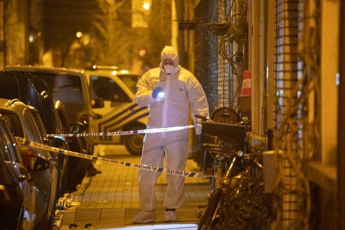 Het labo van de politie onderzoekt in maart 2019 sporen na de zoveelste aanslag in de Biekorfstraat.