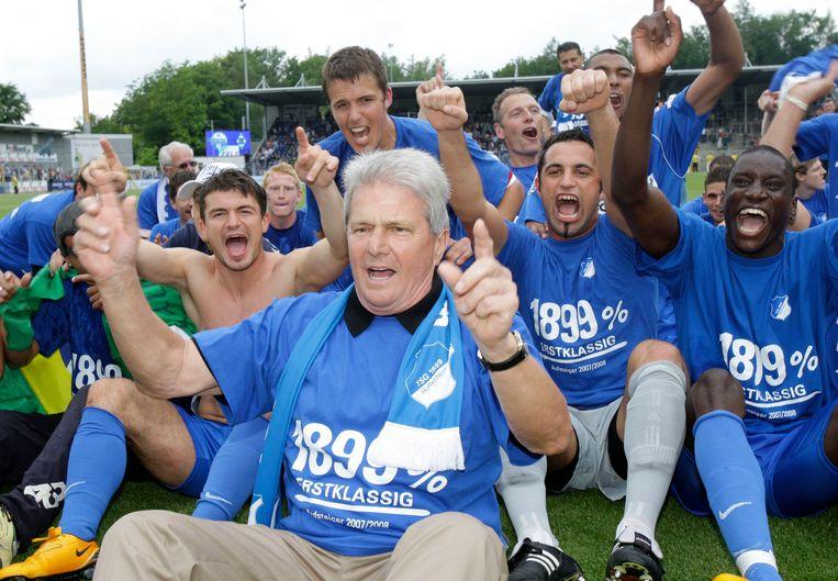 Dietmar Hopp viert met zijn spelers de promotie naar de Bundesliga. We schrijven mei 2008.
